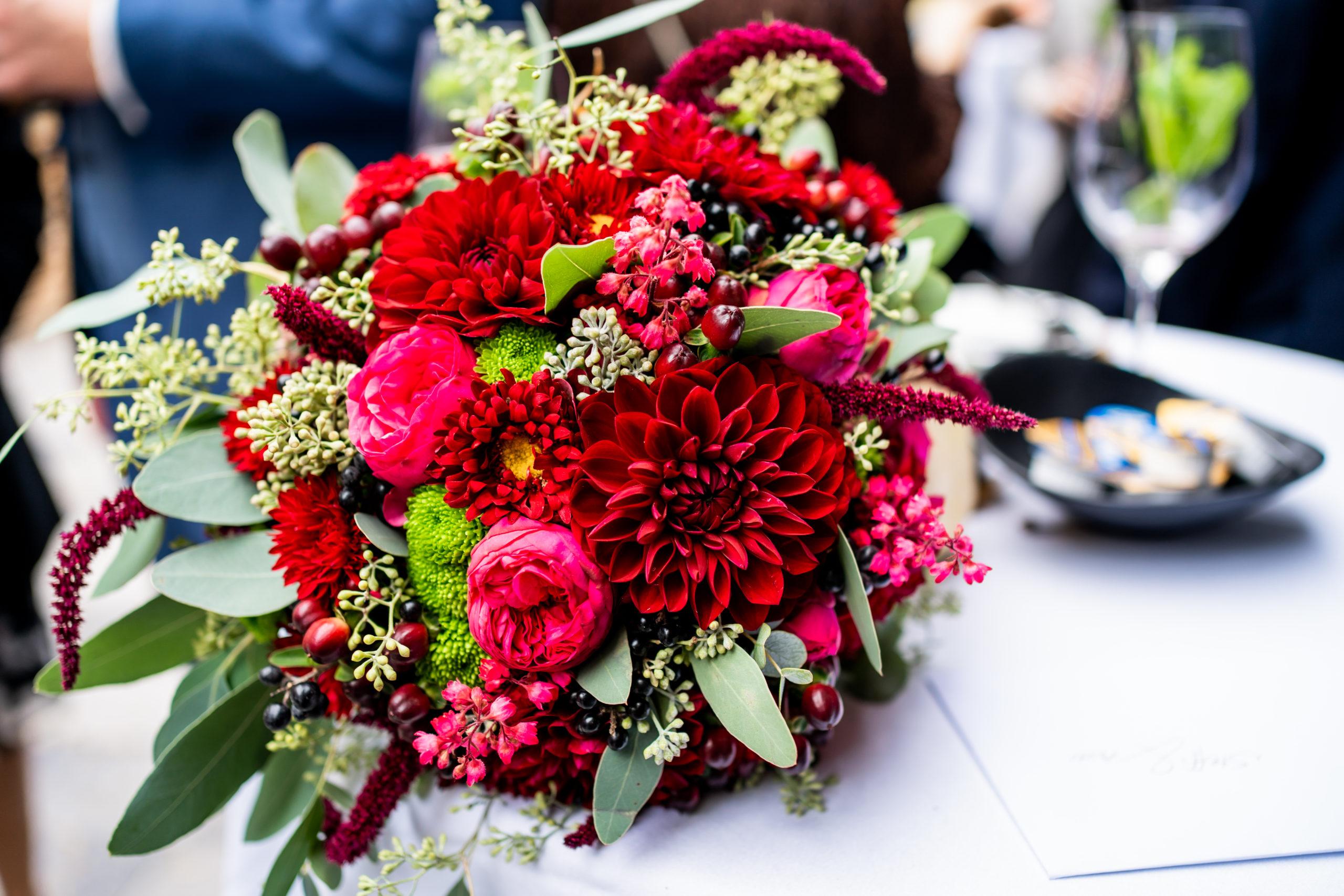 Roter Hochzeitsstrauß für eine Herbsthochzeit