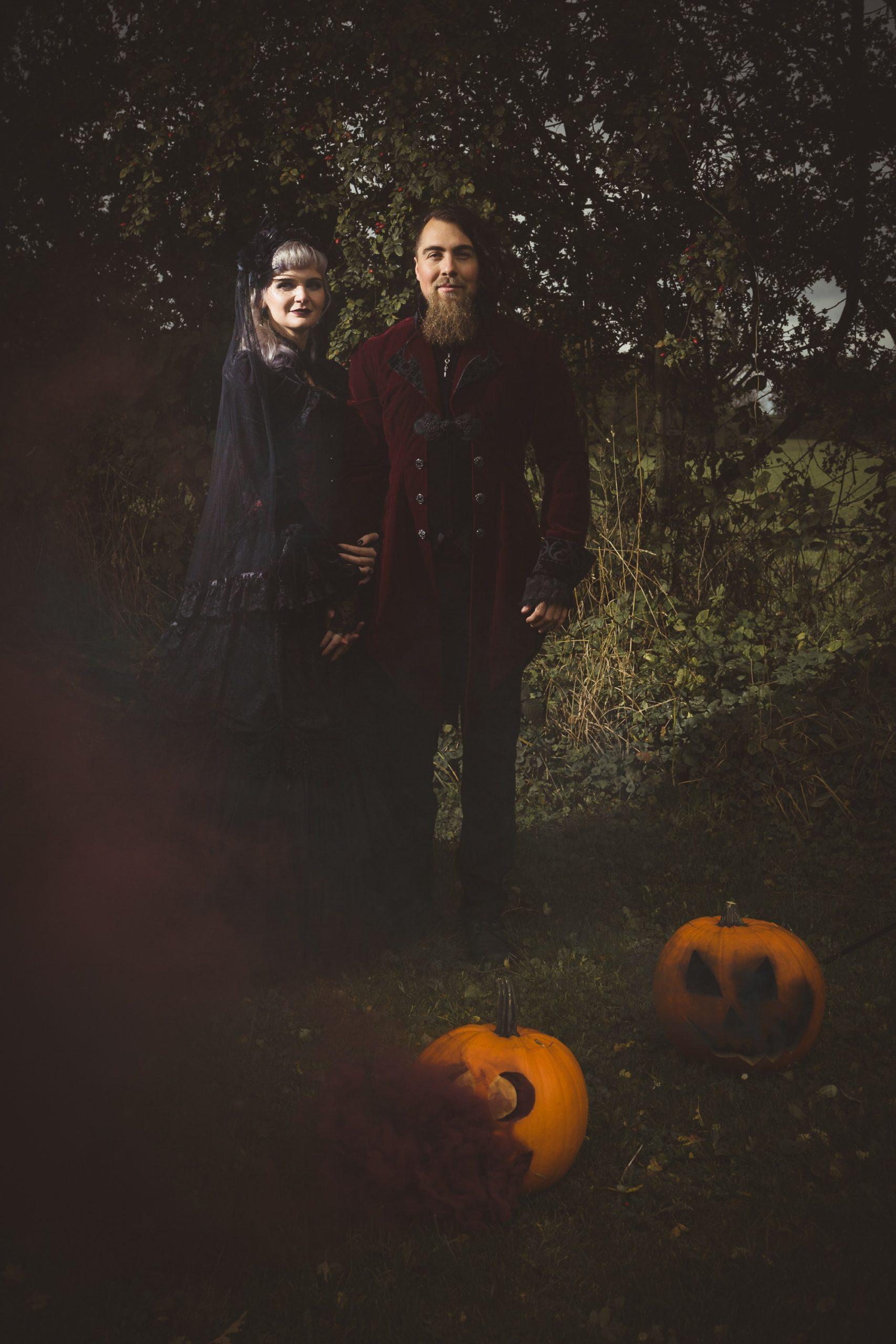 Halloween-Hochzeitspaar in schwarzer Kleidung